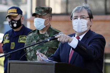 El Ministro de Defensa de Colombia, Carlos Holmes Trujillo (d), habla durante una conferencia de prensa acompañado de los altos mandos militares y de policía, este lunes en la Escuela Superior de Guerra en Bogotá (Colombia). EFE/ Carlos Ortega