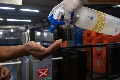 Autoridades capitalinas informaron que se han resuelto 15 mil cuestionarios sobre el posible contagio de coronavirus a través de Locatel y mensaje de texto (Foto: Cuartoscuro)