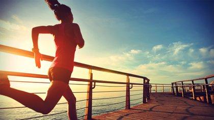 En varías ciudades del mundo, las personas tienen permitido salir en determinados horarios a realizar actividad física al aire libre (Shutterstock)