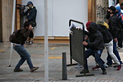 Un hombre toma fotos durante la manifestación.  REUTERS / Luisa González