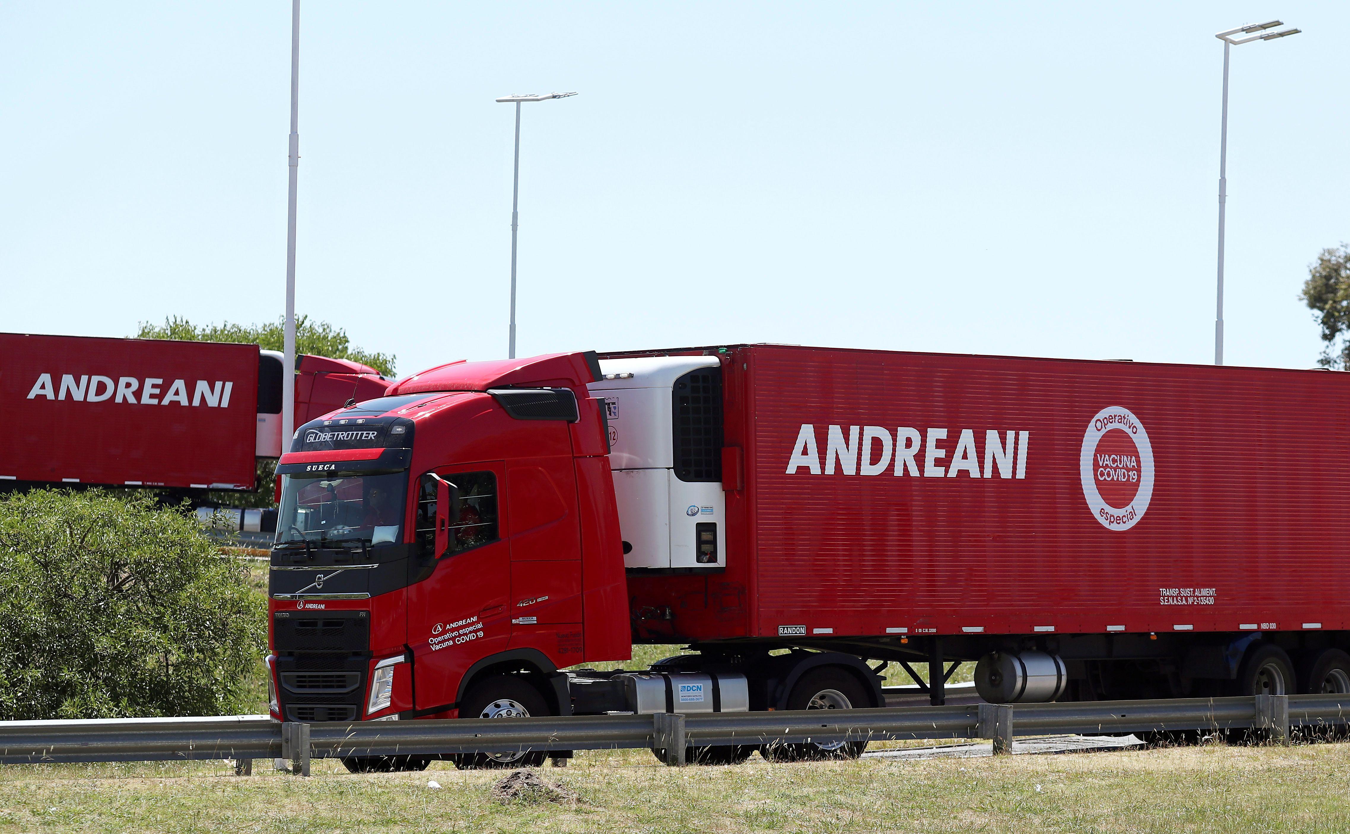 Camiones refrigerados cargan las dosis recibidas en Ezeiza. REUTERS/Agustin Marcarian