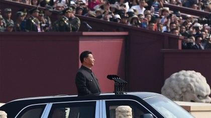 El presidente chino, Xi Jinping, comienza una revisión de las tropas desde un automóvil durante un desfile militar en la Plaza de Tiananmen en Beijing el 1 de octubre de 2019, para conmemorar el 70 aniversario de la fundación de la República Popular China (AFP)
