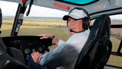 Brito recorriendo sus campos salteños en helicóptero (Gentileza Revista Gente)