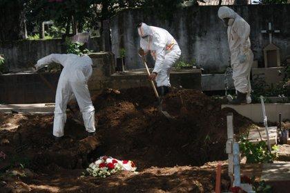 Trabajadores gubernamentales entierran una víctima de covid-19 hoy, en San Cristóbal (Venezuela). EFE/Johnny Parra/Archivo
