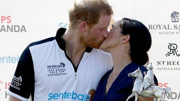 El beso en público de Meghan y Harry (AP Photo/Matt Dunham)