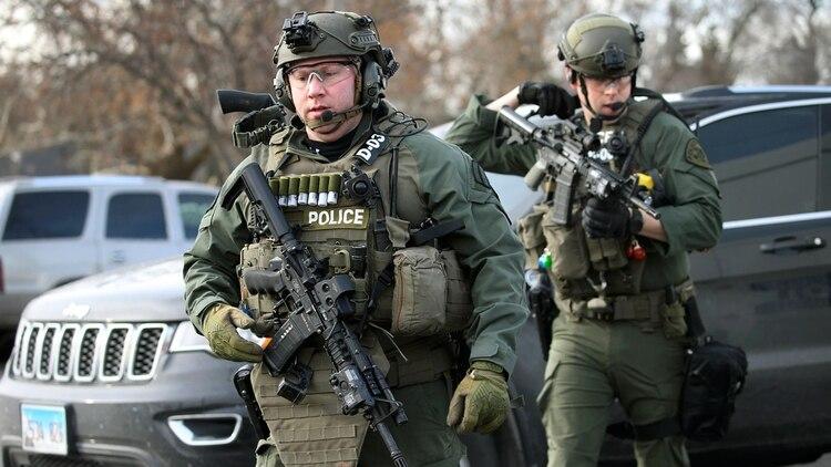 Oficiales de la policía en la escena del tiroteo en Aurora (AP)