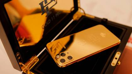 Imagen promocional del Escobar Gold, un Iphone 11 Pro de 256g bañano en oro de 24k.