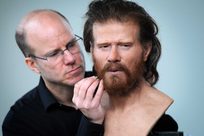 """Oscar Nilsson trabajando con la reconstrucción del rostro del """"Hombre de Stonehenge"""", que vivió aproximadamente en el 3500 a.C. Stonehenge Visitor Centre, Inglaterra. (Clare Kendell/Página Oficial de ODNilsson)"""