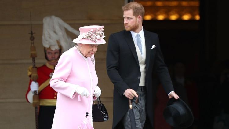 La reina Isabel II con su nieto, el príncipe Harry en mayo de 2019 (Shutterstock)