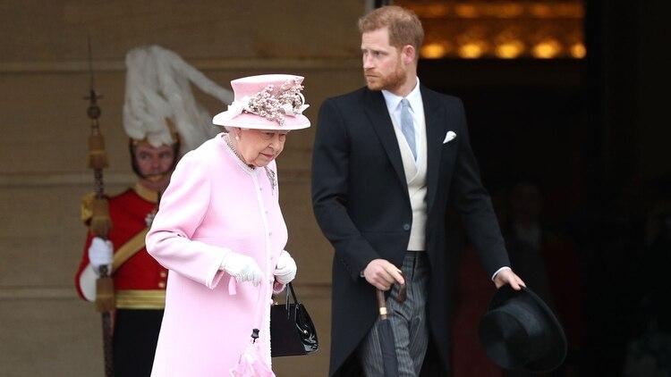La reina Isabel II junto a su nieto Harry