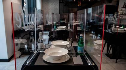 Las mamparas de acrílico en un restaurante en Milán (Shutterstock)