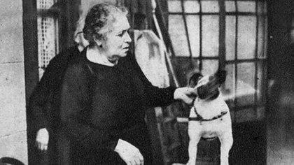 Berta juega con el perro con el que compartió sus años en la casa del Abasto. (Archivo Museo Casa Carlos Gardel)