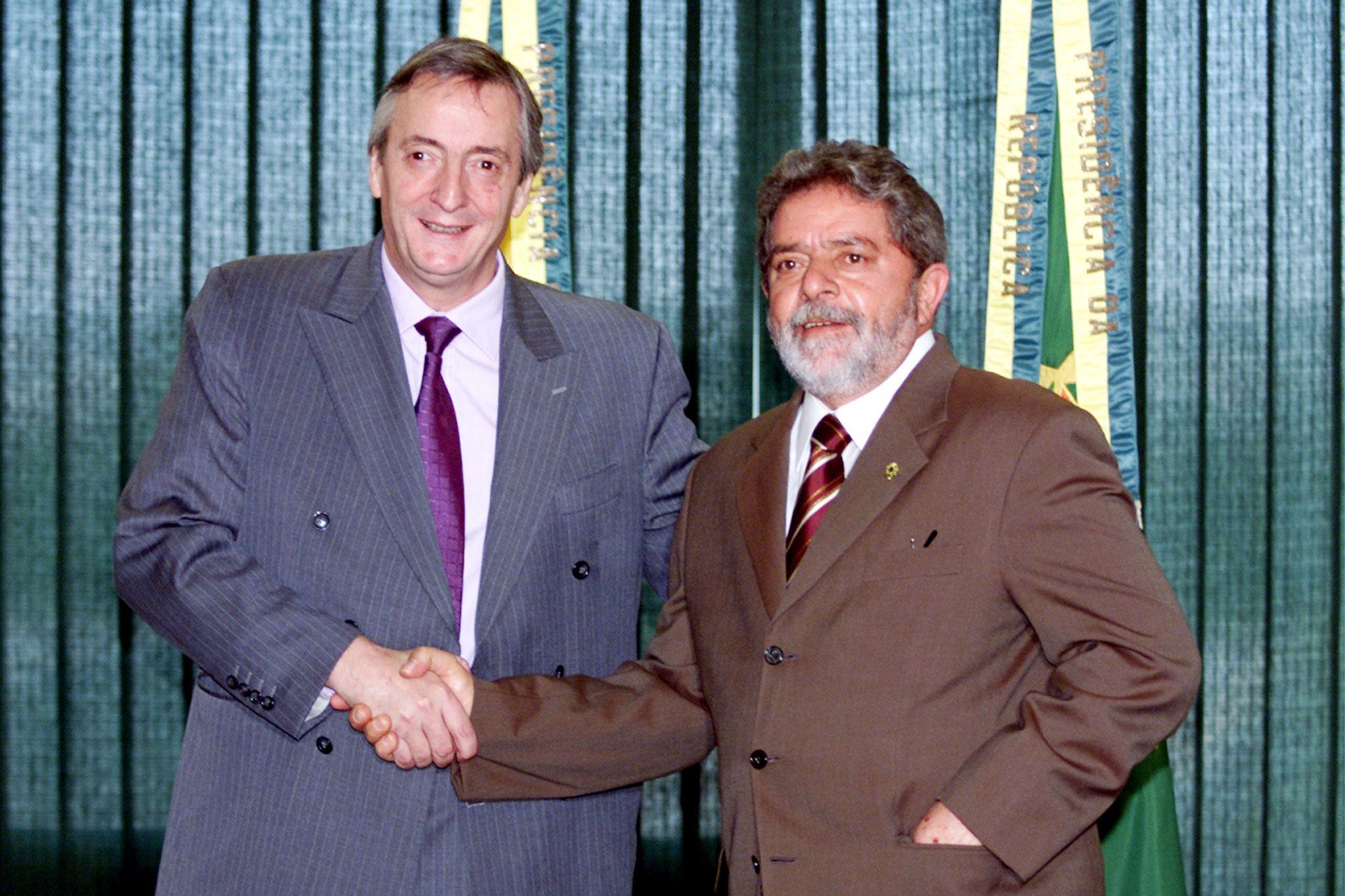 El presidente brasileño Luiz Inácio Lula da Silva y el entonces candidato presidencial Néstor Kirchner se dan la mano en Brasilia, el 8 de mayo de 2003 (REUTERS/Jamil Bittar JB/HB)
