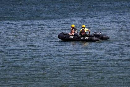 Rescatistas buscan a la actriz en el lago (REUTERS/Mario Anzuoni)