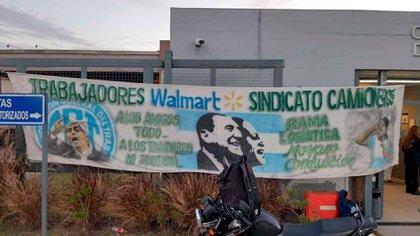 Los pasacalles de Camioneros, en la entrada al centro de distribución de Walmart en Moreno