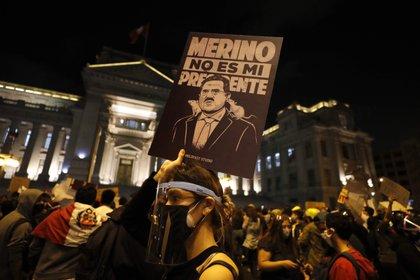 Manifestantes participan en una multitudinaria marcha en protesta contra el nuevo gobierno del presidente Manuel Merino, hoy, en la plaza San Martín de Lima