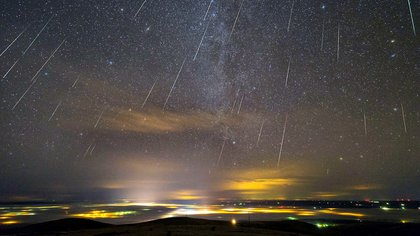 Las lluvias de meteoros o lluvias de estrellas como se las conoce popularmente, se originan por los escombros de los cometas que dejan los cometas que viajan alrededor del Sistema Solar (AFP)