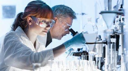 Los resultados de los modelos moleculares sugieren que el medicamento parece unirse a una enzima clave en el SARS-CoV-2 y podría marcar la diferencia con el resto de los medicamentos en estudio (Shutterstock)