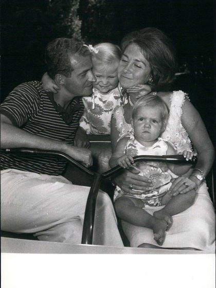 Sofía de Grecia orgullosamente sostiene a su pequeña hija, la princesa Elena, en su casa de Madrid (Shutterstock)