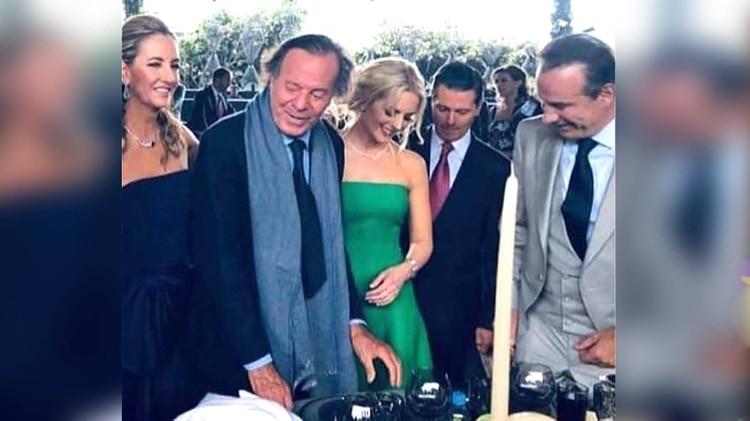 Juan Collado rodeado de figuras como el ex presidente Enrique Peña Nieto y el cantante Julio Iglesias (Foto: Instagram)