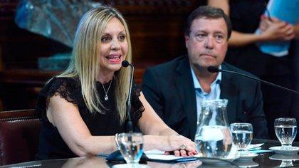 María de los Angeles Sacnun junto al secretario de la comisión Alberto Weretilneck (@sacnun)
