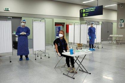 Hasta que llegue la vacuna la OMS recomienda continuar con el testeo, el rastreo de contactos y el aislamiento de casos confirmados. En la foto una estación de testeo de coronavirus en Kos, Grecia (REUTERS/Alkis Konstantinidis)