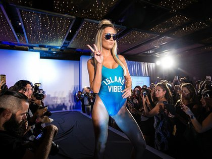 La última edición del Miami Fashion propusó diversos modelos lisos en tonos llamativos y con frases estampadas
