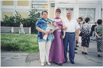 Serguei y Lyudmila en la graduación de Yulia, en 2001. (Archivo familia Skripal/New York Times)