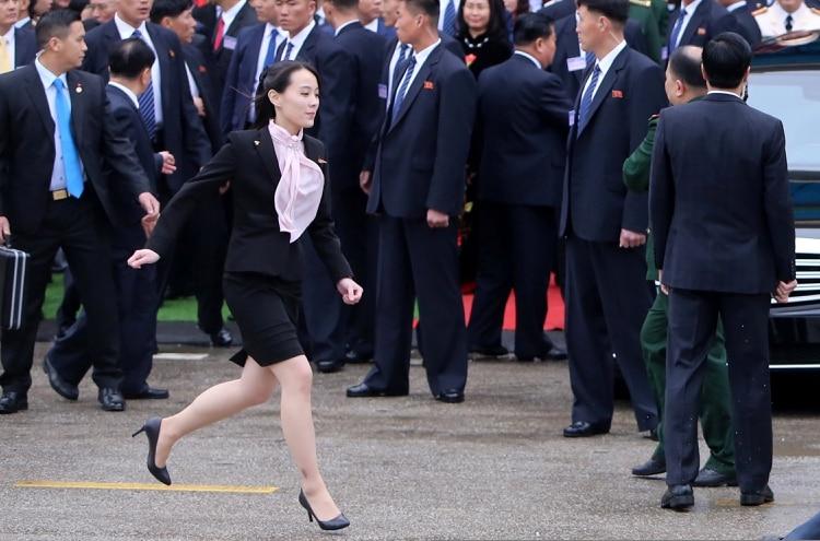 Kim Yo Jong, la hermana del líder Kim Jong Un, corre inmediatamente después de llegar a la ciudad Dong Dang, Vietnam. REUTERS.