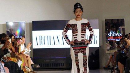 El New York Fashion Week sorprende todas sus ediciones con desfiles inclusivos. Esta vez fue el turno de Reshma Qureshi, atacada con ácido hace dos años por un grupo de himbres (AFP)