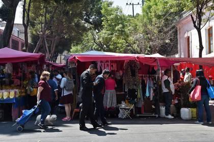Los clientes compran en un mercado popular instalado en la calle en la Ciudad de México, el 17 de marzo de 2020.