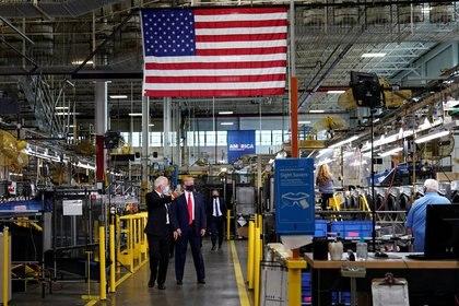 El presidente de los Estados Unidos, Donald Trump, con Jim Keppler, vicepresidente de cadena de suministro integrada y calidad de Whirlpool Corporation, durante un recorrido por la línea de ensamblaje en un lavado de Whirlpool Corporation. fábrica de máquinas en Clyde, Ohio. REUTERS/Joshua Roberts