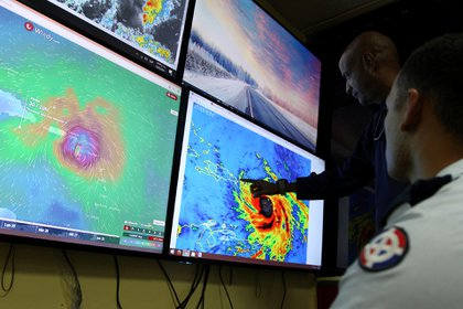 Foto de archivo de miembros del Comité de Emergencia (COE) monitoreando la llegada del huracán María a Santo Domingo (Reuters)