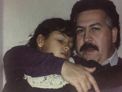 Pablo Escobar con su hija Manuela