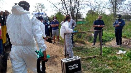Policía Científica trabaja en el hallazgo del cuerpo (Télam)