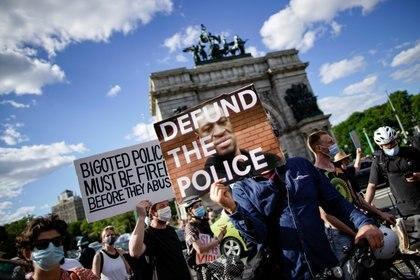 """Los manifestantes de Nueva York también reclamaron que se """"quiten fondos a la policía"""" (REUTERS/Eduardo Munoz)"""
