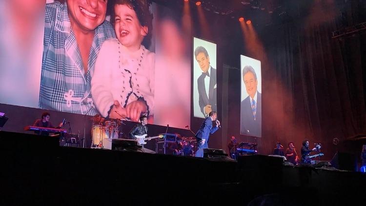 Hijo mayor de José José, cantando en el Zócalo Capitalino