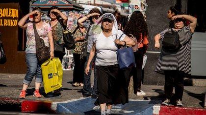 Mujeres se protegen como pueden de la ola de calor de agosto de 2019 (Foto: Cuartoscuro)