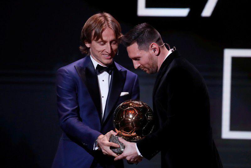Foto del lunes de Luka Modric entregándole el balón de oro a Lionel Messi.  Dic 2, 2019  REUTERS/Christian Hartmann