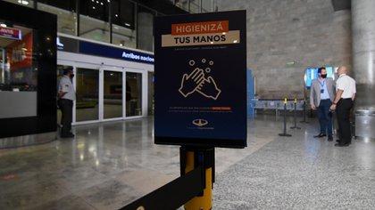 Las autoridades colocaron carteles con las indicaciones sanitarias para evitar contagios