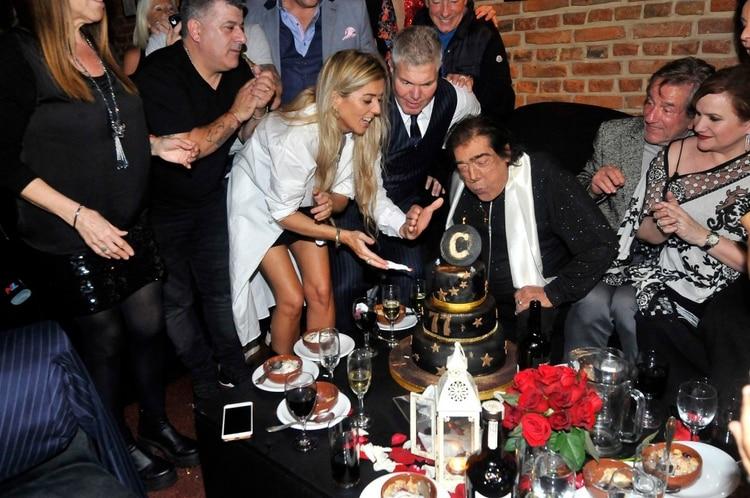 El músico, con su esposa y sus amigos en el festejo de su cumpleaños número 77 (Foto: Verónica Guerman / Teleshow)