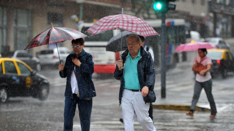 También están pronosticadas ráfagas de viento y tormentas aisladas con fuerte actividad eléctrica (Télam)