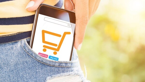 Desde el móvil se puede enviar y recibir dinero, hacer pagos en comercios y hasta cobrar planes sociales (iStock)