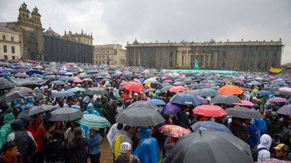 EDITORS NOTE: Graphic content / People demonstrate under pouring rain at Bolivar square in Bogota, on November 21, 2019, during a nationwide strike called by students, unions and indigenous groups to protest against the government of Colombia's President Ivan Duque. (Photo by RAUL ARBOLEDA / AFP)