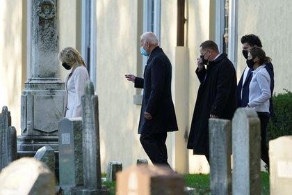 Joe Biden y su esposa. REUTERS/Kevin Lamarque
