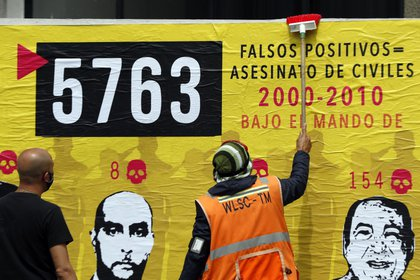 People participate in the elaboration of a mural on false positives, in Bogotá (Colombia).  EFE / Carlos Ortega / Archive