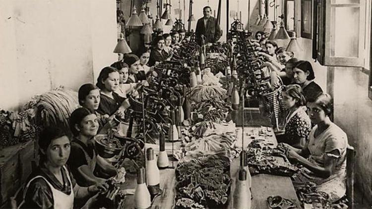 Las obreras exigíanreducción de la jornada laboral, igualdad salarial (los hombres que cubrían los mismo puestos eran mejor pagos), horario de lactancia y la creación de un sindicato.