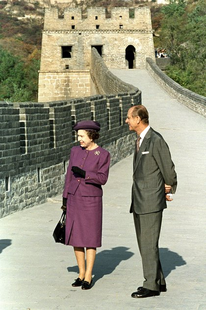 El 13 de octubre de 1986, la reina Isabel II visita la Gran Muralla China, con su esposo, el príncipe Felipe de Gran Bretaña, duque de Edimburgo
