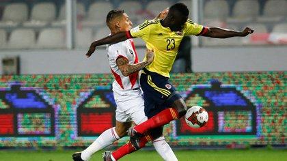 El peruano Paolo Guerrerom autor de un gol, lucha la pelota con el colombiano Davison Sánchez (Reuters)