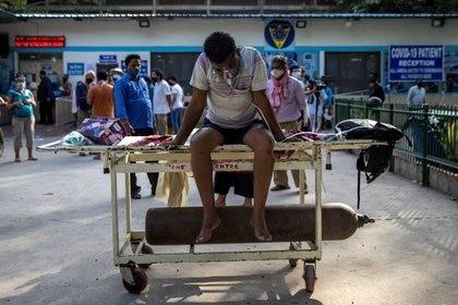 Un paciente enfermo de COVID-19 espera para ser aditido en el hospital Guru Teg Bahadur en Nueva Delhi, India, 23 de abril de 2021 (REUTERS/Danish Siddiqui)